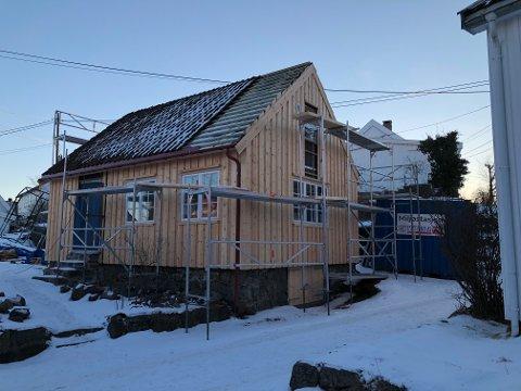 Denne hytta er fra 1968, og bygget som en kopi av stilen i uthavnen Narestø. Men hytta er bygget på en gammel laftekasse fra en låve som i sin tid stod på eiendommen, og kulturminnevernavdelingen har lagt sterke føringer for tiltakshaverne når de skulle sette i stand hytta. Foto: Siri Fossing