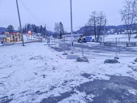Fiansvingen: Gjerdene er flyttet lengre inn, slik at skoleelevene kan passere på utsiden. Dermed slipper barna fra Solbergveien å krysse fylkesveien.