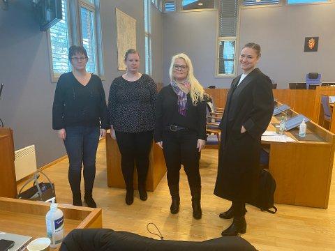 Gunn Evelyn Kristensen og Camilla Røysland (nummer en og to fra venstre) er to av fire oppsagte som har saksøkt Vegårshei kommune, og krever jobben tilbake. Her med Fagforbundets hovedtillitsvalgte Kine Lorentzen og LO-advokat Marit Håvemoen.