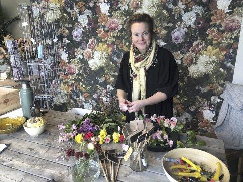 På plass i nytt lokale: Torsdag åpnet Siri Brodersen dørene til sin nye blomsterbutikk i på Øvre Torg, hvor Tvedestrand Blomster tidligere holdt til. Foto: Marianne Drivdal