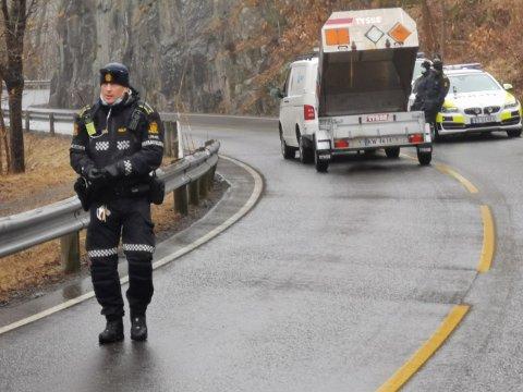 Totalt tre personer er nå pågrepet etter sprengstoff-funn i Tvedestrand. Det kan bli flere. Her fra stedet som ble sperret av fredag.