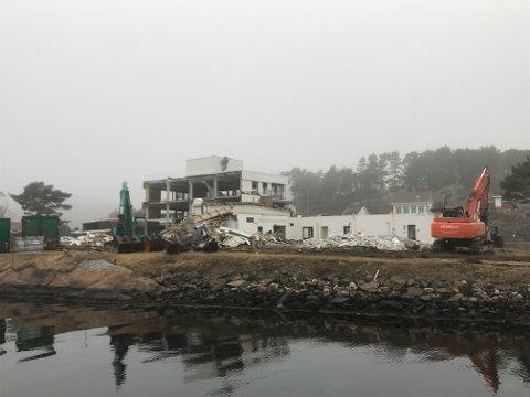 Byggeplass: Etter en måneds tid med riving ser det slik ut på Holmen.