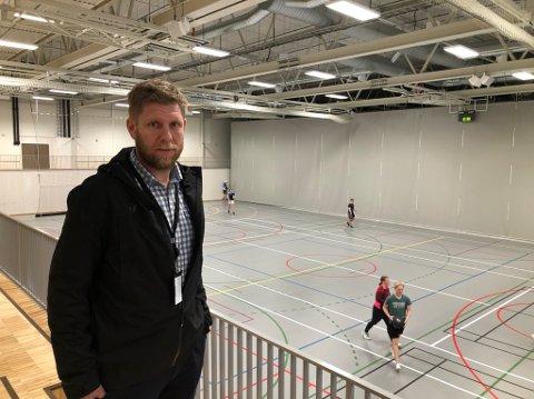 I bruk: Idrettshallen på Mjåvann er i bruk hele dagen og kvelden. Bak det grå teppe finnes det en tilsvarende bane, som er like stor som den ungdommene bruker på bildet. Gøran Isaksen ser gjerne at det blir enda mer aktivitet her.