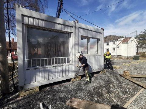 Modulrigg:  Riggen som ble heist på plass ved Tvedestrand skole i slutten av mars, har tidligere vært benyttet av en barnehage i Oslo. Den skal fungere som klasserom for 7. klassingene til den nye skolen står ferdig høsten 2023. Foto: Frode Gustavsen