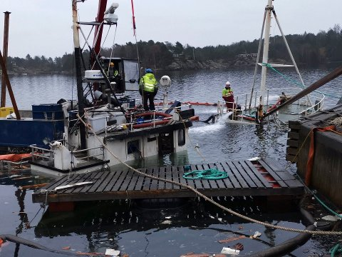 Mange folk og mye utstyr måtte på plass for å få hevet den over 80 tonn tunge skøyta.