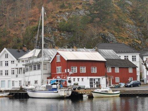 Båteier Karl Arve Fagervik holder på å bytte motor på seilbåten sin, og har avtalt med kommunen at han får ligge ved Søgnebrygga mens jobben blir gjort.