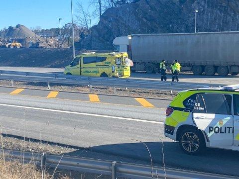 Alvorlig: En ambulanse under utrykning ble påkjørt bakfra av et vogntog på E18. Fire personer i ambulansen ble sendt til sykehus - to av dem skal ha blitt alvorlig skadet.