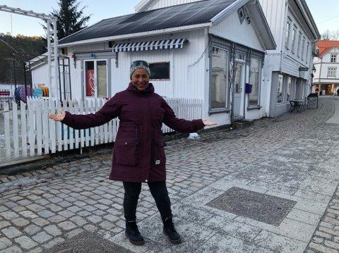 Ny driver: Maria Damsgård har tatt utfordringen, og skal starte noe helt nytt. Hun vil drive Pærehaven i Tvedestrand med en touch av storby, men bøttevis av lokal forankring. - Ute skal vi ikke nummerere sittegruppene. De skal hete Lyngør, Borøy, Askerøya, Furøya, Sandøya og så videre, så er hele Tvedestrand representert på utekafeen, sier hun fornøyd.