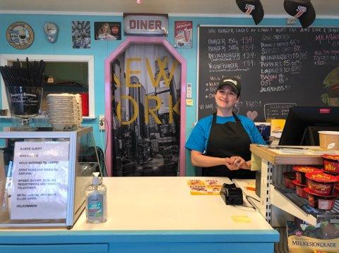 Tilbake på jobb: Anna Rama har jobbet lenge på Burgers & Shakes, men det siste året har hun vært hjemme med datteren Nerenza (8 mnd). Nå synes hun det er godt å komme i gang på brygga igjen.