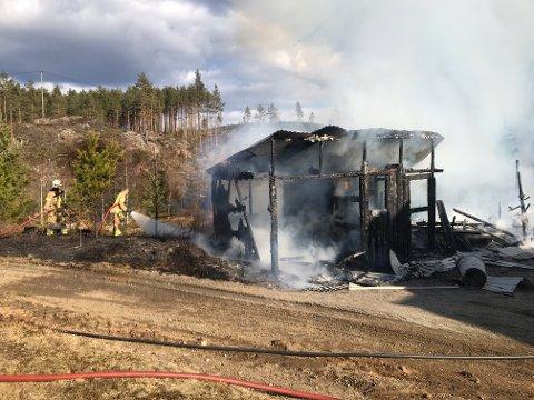 Garasjen ble totalskadet i brannen. Det brant også i skogen rundt.
