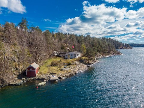 Eikelandsfjorden: Denne hytta skal nå selges. Eiendommen er priset til 10 millioner.