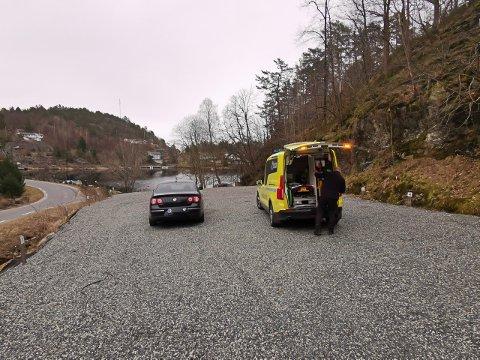 Ambulanse og politi er kommet til stedet.