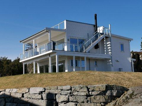 """Dette er en av boligene i Svabukta som har fått inndratt ferdigattesten. Nå har eierne engasjert advokat Karsten Anfinsen. Han er ikke nådig i sin karakteristikk, og betegner blant annet kommunens vedtak som en """"nullitet""""."""