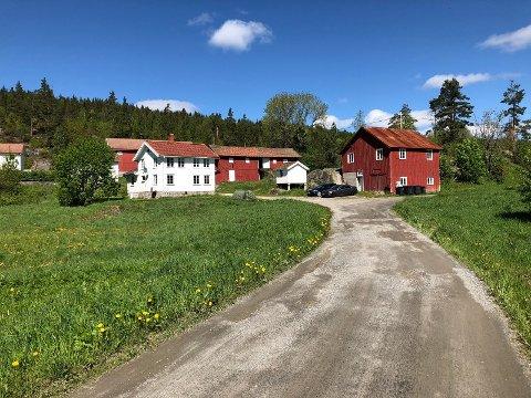 Selges på Sundet: Bolighus med stabbur, bryggerhus, garasje, to driftsbygninger og en 53 mål eiendom med rundt 100 meter strandlinje.