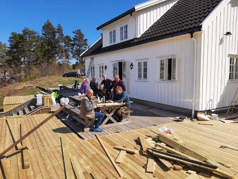 Denne dugnadsgjengen snekret veranda og malte på FMF-huset sist lørdag. Med på dugnaden denne dagen var Jan Pfleiderer, Bjørn Otto Martinsen, Høye Høyesen, Ellen Senum, Anders Senum, Erlend Berntsen, Jan Andersen (reist da bildet ble tatt) og Hans Olav Sørensen (fotograf).