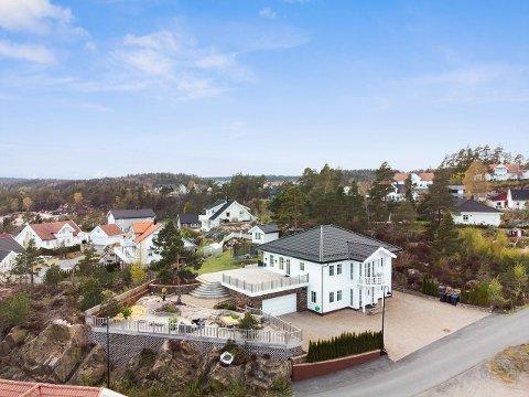 Dette gedigne huset med en stor opparbeidet tomt på Glastadheia ble solgt raskt. Foto: Camilla Husavik, Inviso