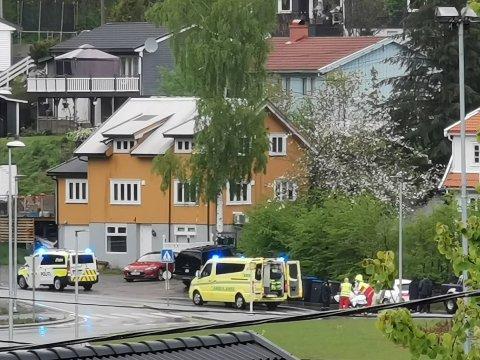 En ung mopedfører ble tatt med av ambulansen etter ulykken ved rundkjøringen på Bergsmyr. privat foto