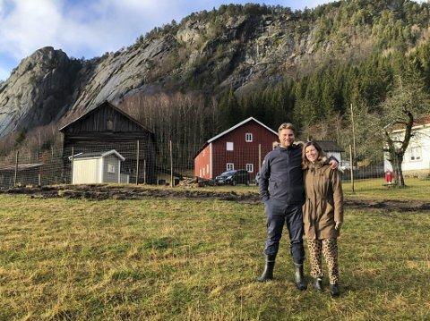 Innistog: Lise Lotte Fogh Johansson og Trond Johansson har bosatt seg på Øvre Ramse i Tovdal. Trond har røtter fra stedet, og paret ønsker blant annet å satse på epler på Innistog hvor de bor. Foto: Siri Fossing