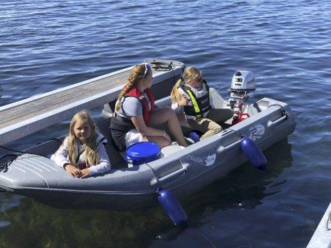 Praktisk opplæring: Dette bildet er fra et av kursene i fjor sommer.  Andrea Saga (t.v) har «alltid» kjørt båt. Her lærer hun opp Molly  og Anny.