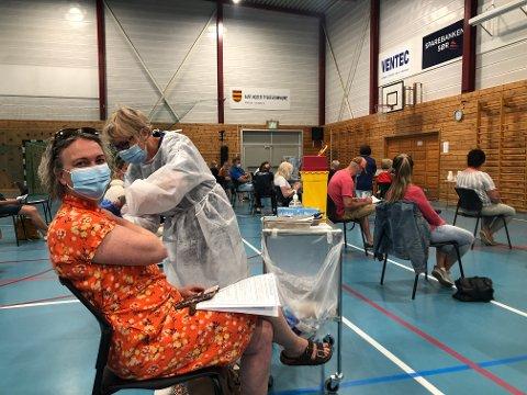 Kommunestyrepolitiker June Marcussen (V) var blant de mange som fikk koronavaksine i Lyngmyrhallen i dag. Hun fikk stikket av Elise Botne Pedersen.
