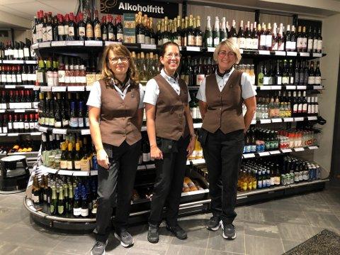 Mona Nilsen, fersk butikksjef Hilde Beate Jørgensen Engene og Hege Omdal. Mona og Hege har begge lang fartstid på Vinmonopolet i Tvedestrand, Mona siden Vinmonopolet i Tvedestrand åpnet i 2003, Hege siden 2007.
