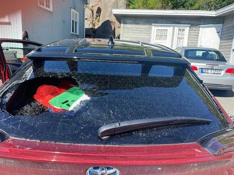 Hærverk: Dette synet møtte Trudy Julius på søndag. Bilen hennes var blitt utsatt for hærverk i løpet av natten.