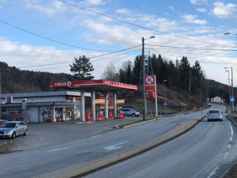 Det blir fortsatt mulig for trafikantene å fylle bensin eller diesel på Fiane. Arkivfoto