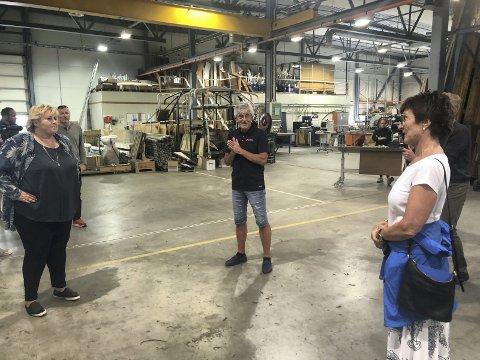 Hos Ertec: Bedriftsleder Geir Søraker forteller statsminister Erna Solberg om produksjonen i den lokale hjørnesteinsbedriften.Til høyre ordfører Marianne Landaas.Foto: Anne Dehli