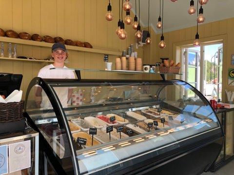 Fint på jobb: Bendik (16) selger is, landbrød og kanelsnurrer på bryggekanten. Han har det helt supert i sin aller første sommerjobb.
