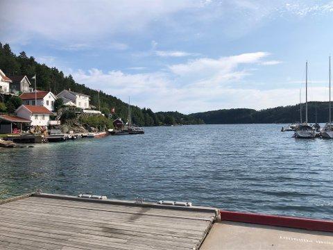Båtkortesjen skal starte her i Østeråbukta, og gå i fem knops fart ut til ulykkesstedet på sjøen mellom Hummerbåen og Møkkalasset.