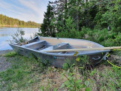 Denne robåten kom i sommer på plass ved Kalbergsvann på Vegårshei. En tilsvarende båt ligger i Molandsvannet i Austre Moland,  og mange andre steder i landet. De kan lånes gjennom «Mine båter» som er et tilbud Norges Jeger- og fiskerforening har for sine medlemmer.