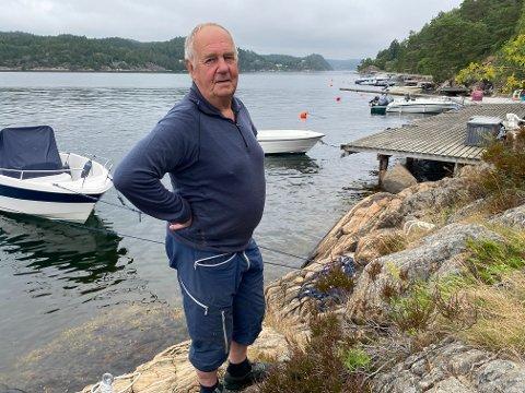 Eikelandsfjorden: Kåre Sander Nilsen må kravle oppetter fjellet her når han legger til med båten sin (til venstre i bildet). Naboene har egne brygger. De ligger tett i tett bortover.