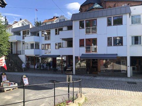 Renovering i sentrum:  Nå har Hovedgata 45 og 47 fått nye fasader. På Facebook-gruppen «Hva nå Tvedestrand?» er det flere som kan styre sin begeistring.