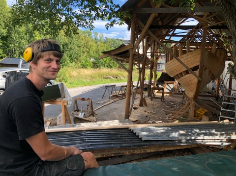 Privat båtbyggeri: Her på Staubø har Øyvind Farup Halvorsen jobbet med båten sin i hele sommer. Men den har ikke noe navn ennå. - Nei, det betyr ulykke å gi båten navn før den er sjøsatt, påpeker han.