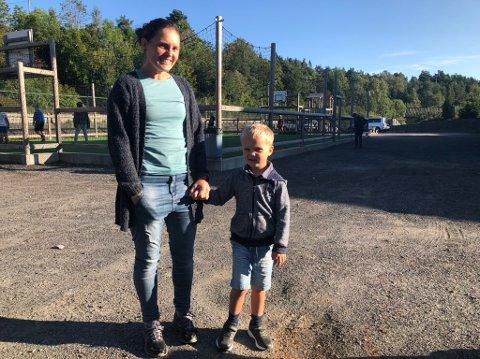 Dreven i skolestart: Kristin Lindland fulgte torsdag sitt fjerde barn til første skoledag. Og Torgeir var klar til å begynne ved Songe skole.