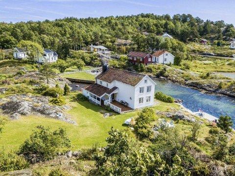 Opphevet Boplikten: Leif Kahrs Jæger kjøpte dette gamle huset i Utgårdsstrand på Borøya i 2019 for 6,9 milioner kroner. Politikerne vedtok at det skulle være boplikt her, men Jæger klagde, og fikk medhold av Statsforvalteren. Arkivfoto