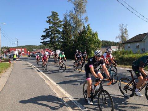 84 kilometer: I underkant av 50 syklister bega skulle Fjorden rundt to ganger denne søndagen på Vegårshei.
