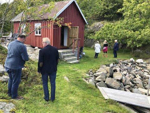 I september i fjor var politikerne i teknikk, plan og naturutvalget på befaring i Kilen på Sandøya. Flertallet av de folkevalgte avslo deretter søknaden om å rive den røde hytta og bygge ny og større. Nå ber hytteeiernes advokat om en ny vurdering av byggesaken. Arkivfoto