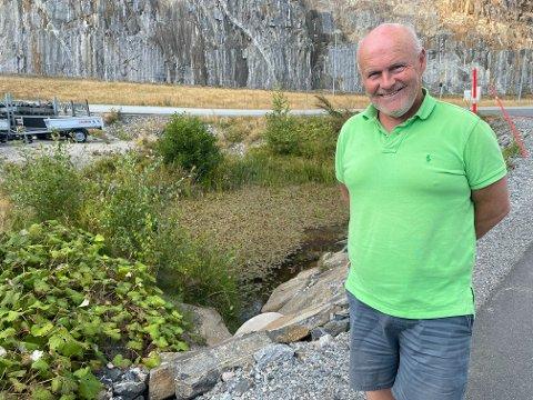 Bergsmyr: Dammen i bakgrunnen har tidligere vært en yngleplass for salamandere. Men det er det ikke lengre, og dermed kan Kjell Lunde fylle den igjen, og gå i gang med utvidelsesplanene sine.