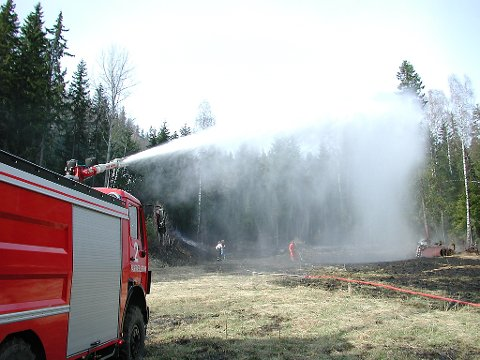Brannslukningsarbeid i Ulnes 9. mai 2001. Brtebrann kunne utviklet seg til skogbrann. Nord-Aurdal brannvesen i aksjon - fikk stoppet brannen tidlig.