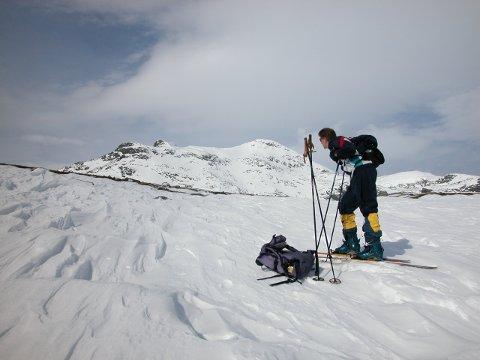 Et bilde fra arkivet som viser en skiløper på vei opp Mugnetind.