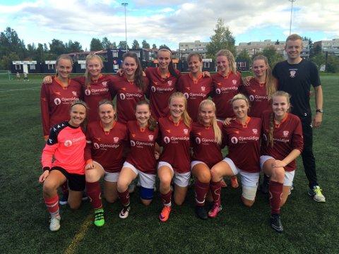 Tre poeng: Disse jentene fikk med seg heim tre poeng fra Hamar søndag. Bak t.h. trener Joakim Wiik.