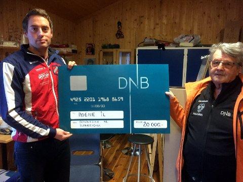 Seniorsjekken: Leder i Rogne Idrettslag, Jon Rabben Lundby, mottok en sjekk på 20.000 kroner fra leder av Seniorgruppa, Kjell Hagali.