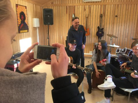 Staut lærer: Ørnulf fotografert under en åpen dag på Valdres videregående i fjor høst der han hjelper unge talenter med låtskriving og fremførelse.