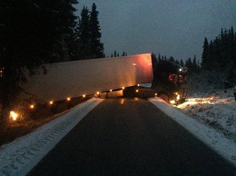 En norsk trailer ble stående på tvers på Tonsåsen i natt.