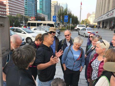 Norgesvennen og beijingborgeren Zhou Donghang guider og forteller.