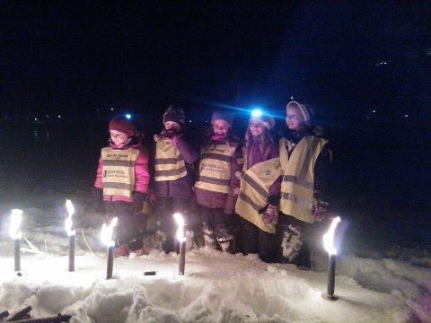 Trygg Trafikk håper barn i Oppland tar på seg refleks i morgen. Her en gjeng barn som brukte vest.