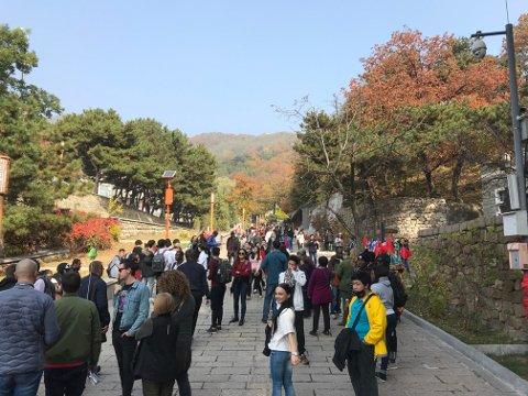 Til tross for at vi besøkte Muren seint i oktober, var området ved Mutianyu - om lag 70 kilometer fra Beijing - godt besøkt av folk fra mange land.