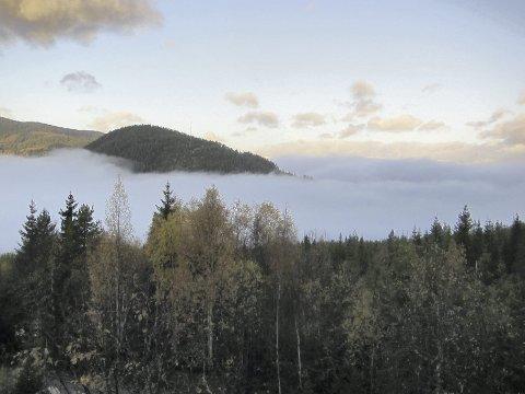 Glimt av blått: Morgoskodde over Heggefjorden 14. oktober, ein av få dagar sist månad der blå himmel var å sjå over alt det grå.