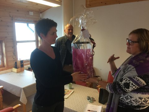 Ordfører Inger Torun Klosbøle hadde med blomster og takk til rektor Elisabeth Bråten og alle de ansatte fra NAUS som står på for å få alt til å fungere ved Røn skule.